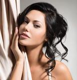 Portret van een mooie sexy tedere vrouw met creatieve hairstyl royalty-vrije stock afbeelding