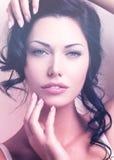Portret van een mooie sexy tedere vrouw met creatieve hairstyl Stock Fotografie