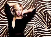 Mooie sexy vrouw met maniermake-up op gezicht Royalty-vrije Stock Foto's