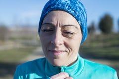 Portret van een mooie sportieve vrouw vóór looppas royalty-vrije stock afbeelding