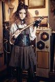 Portret van een mooie steampunkvrouw, met een telescoop en PR stock foto