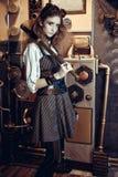 Portret van een mooie steampunkvrouw, met een telescoop op g stock afbeelding