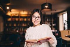 Portret van een mooie student in bibliotheek royalty-vrije stock foto's