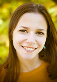 Portret van een mooie tiener die pret in de herfstpark hebben Stock Afbeeldingen