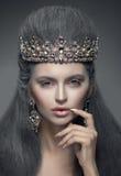 Portret van een mooie vrouw in de de diamantkroon en oorringen Royalty-vrije Stock Afbeeldingen