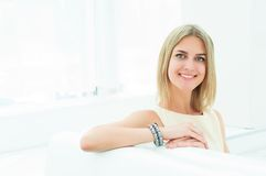 Portret van een mooie vrouw in de koffie Royalty-vrije Stock Foto
