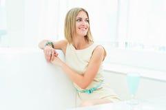 Portret van een mooie vrouw in de koffie Stock Afbeeldingen