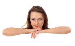 Portret van een mooie vrouw die een blanco wissel houdt Stock Afbeeldingen