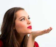 Portret van een mooie vrouw die een kus blazen Stock Afbeeldingen