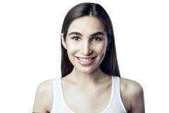 Portret van een mooie vrouw die, schoonheids duidelijke huid, achtergrond glimlachen Royalty-vrije Stock Foto's