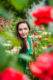 Portret van een mooie vrouw in een tuin Royalty-vrije Stock Fotografie