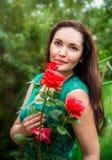 Portret van een mooie vrouw in een tuin Stock Fotografie