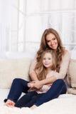 Portret van een mooie vrouw en een kind stock afbeelding