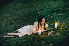 Portret van een mooie vrouw in het bos Stock Foto