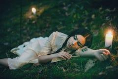 Portret van een mooie vrouw in het bos Stock Fotografie