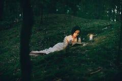 Portret van een mooie vrouw in het bos Stock Foto's