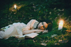Portret van een mooie vrouw in het bos Royalty-vrije Stock Foto
