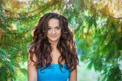 Portret van een mooie vrouw in het park Royalty-vrije Stock Foto's