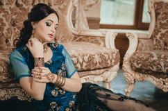 Portret van een mooie vrouw in Indische traditionele Chinese dres Stock Afbeelding