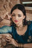 Portret van een mooie vrouw in Indische traditionele Chinese dres Stock Foto