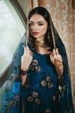 Portret van een mooie vrouw in Indische traditionele Chinese dres Royalty-vrije Stock Foto's
