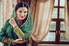 Portret van een mooie vrouw in Indische traditionele Chinese kleding, met haar handen die met hennamehendi worden geschilderd Royalty-vrije Stock Foto