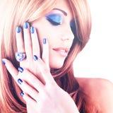 Portret van een mooie vrouw met blauwe spijkers, blauwe make-up Royalty-vrije Stock Afbeeldingen