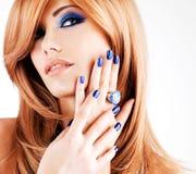 Portret van een mooie vrouw met blauwe spijkers, blauwe make-up Stock Foto
