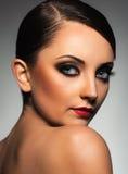 Portret van een mooie vrouw met een betoverende retro make-up Stock Afbeelding