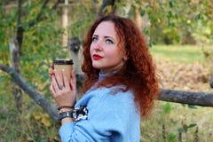 Portret van een mooie vrouw met rood haar en omhoog het kijken stock afbeeldingen
