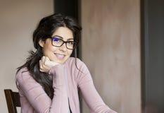 Portret van een mooie vrouw met steunen op tanden Orthodontische behandeling Geïsoleerd over witte achtergrond Stock Foto's