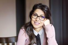 Portret van een mooie vrouw met steunen op tanden Orthodontische behandeling Geïsoleerd over witte achtergrond Stock Fotografie