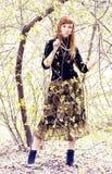 Portret van een mooie vrouw onder boomtakken Royalty-vrije Stock Foto's