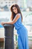 Portret van een mooie vrouw op de achtergrond van het overzees en de jachten Stock Afbeeldingen