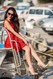 Portret van een mooie vrouw op de achtergrond van het overzees en de jachten Royalty-vrije Stock Afbeelding