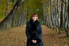 Portret van een mooie vrouw op de steeg Royalty-vrije Stock Foto
