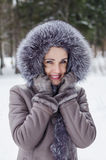 Portret van een mooie vrouw op een de wintergang Royalty-vrije Stock Afbeeldingen