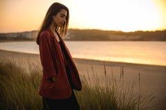 Portret van een mooie vrouw op het strand Royalty-vrije Stock Afbeelding