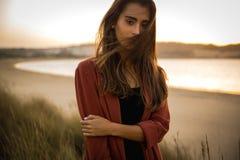Portret van een mooie vrouw op het strand Stock Foto's