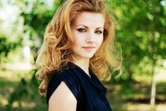 Portret van een mooie vrouw in openlucht Royalty-vrije Stock Foto's