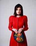 Portret van een mooie vrouw in rode kleding Stock Foto's