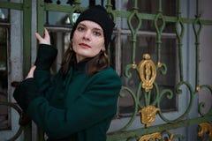 Portret van een mooie vrouw in uitstekende de herfstkleren Stock Afbeelding