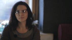 Portret van een mooie vrouwen hoofdspecialist stock footage