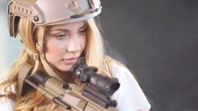 Portret van een mooie vrouwenstrijder met wapen in rokerige nacht, Langzame motie stock video