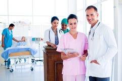 Portret van een multi-etnisch medisch team op het werk stock foto's