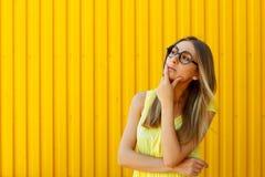 Portret van een nadenkend meisje die stuk speelgoed het grappige glazen kijken dragen royalty-vrije stock afbeelding