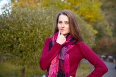 Portret van een nadenkende glimlachende vrouw met lange rode haarwearin royalty-vrije stock foto's