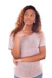 Portret van een nadenkende jonge Afrikaanse Amerikaanse vrouw - Zwarte pe Stock Fotografie