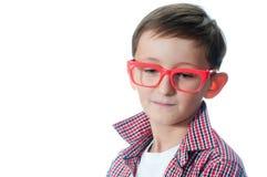 Portret van een nadenkende jonge jongen met bril Stock Afbeeldingen