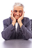 Portret van een nadenkende oude mens Stock Afbeelding